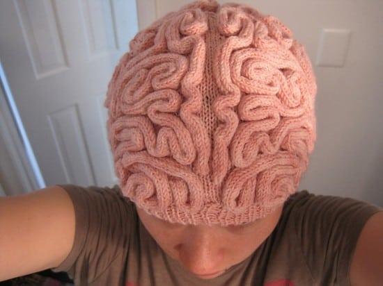 Вязаная шапочка-мозг