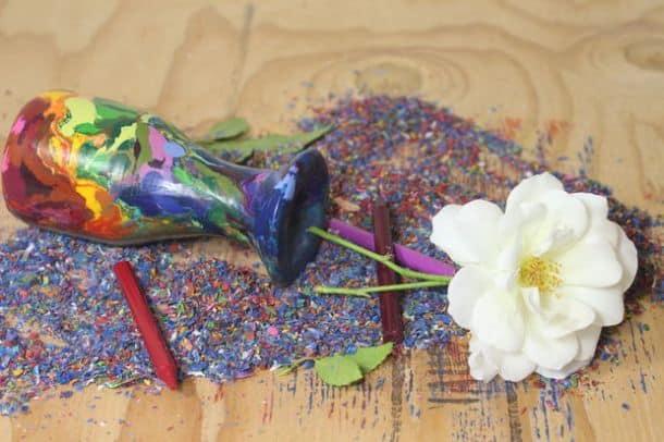 Радужная вазочка из восковых карандашей