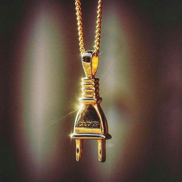 Золотой кулон в виде электрической вилки