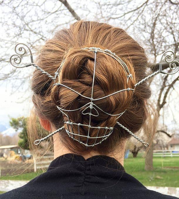 Проволочная заколка для волос в виде черепа с костями