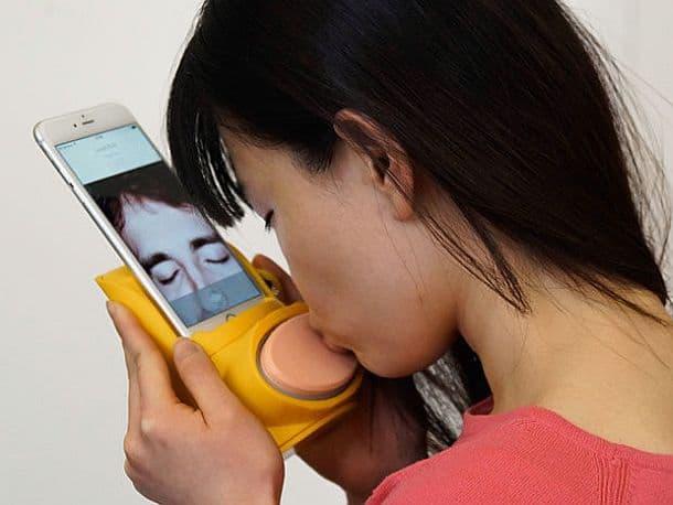 Насадка на смартфон для передачи поцелуев Kissenger
