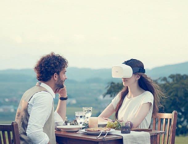Шлем виртуальной реальности FOVE