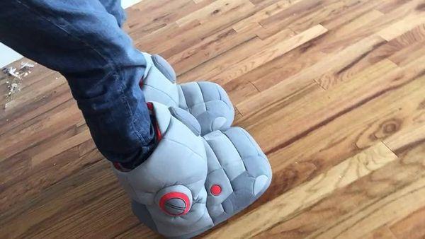 Гигантские домашние тапки в виде ног робота