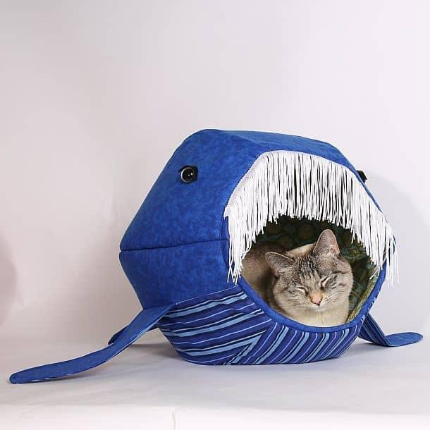 Кроватка для кота в виде кита