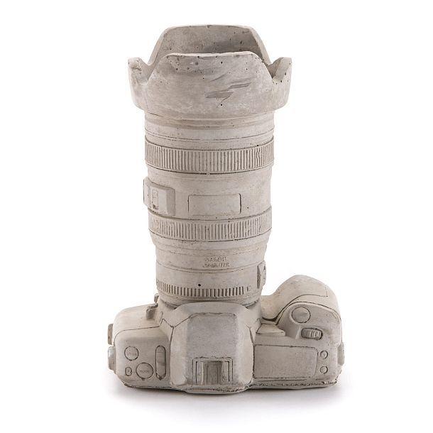 Цементная ваза в виде фотокамеры