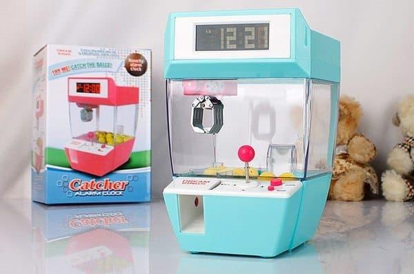 Будильник в виде игрового автомата «Захватчик»