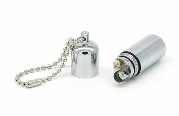 Миниатюрная винтажная зажигалка в виде капсулы