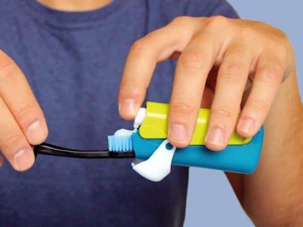 Компактная зубная щётка со встроенным тюбиком от Banale