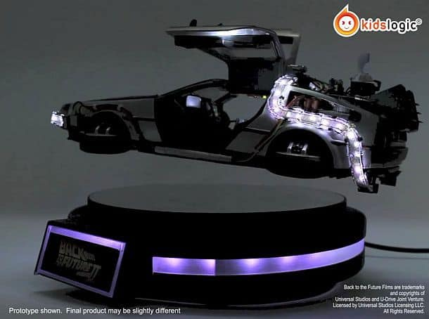 Левитирующая модель автомобиля DeLorean