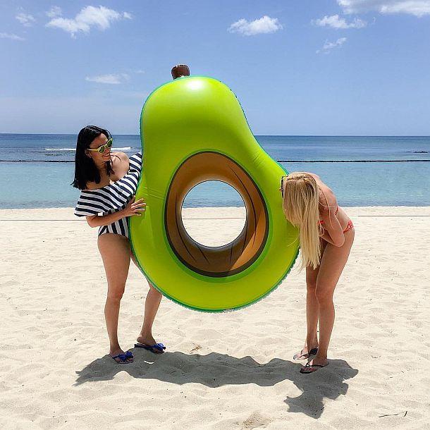 Надувной матрас для бассейна в виде гигантского авокадо