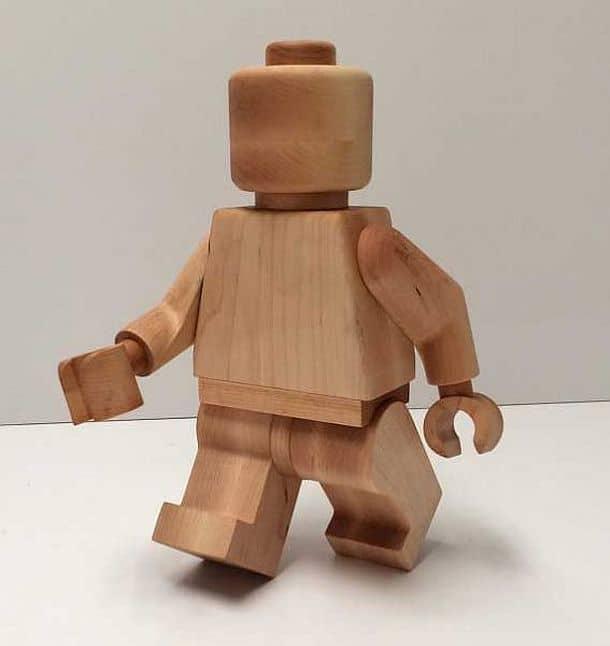 Огромная деревянная фигурка LEGO