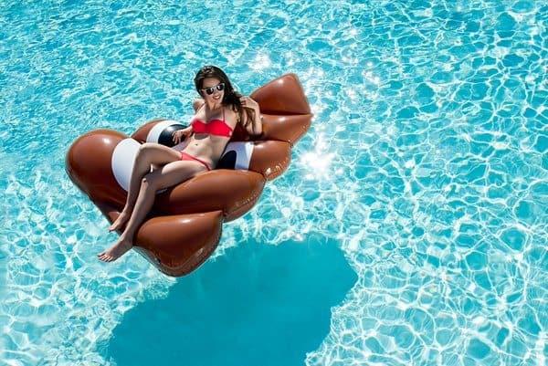 7 самых оригинальных надувных матрасов для купания