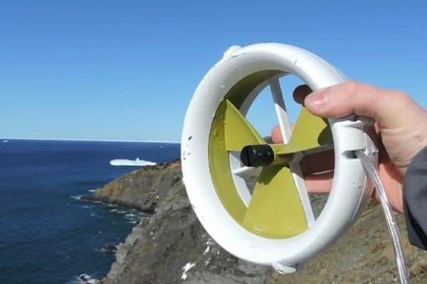 Миниатюрный электрогенератор, работающий на энергии воды и ветра