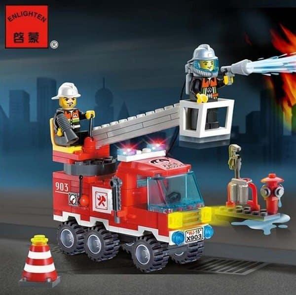Пожарная машина из пластиковых блоков