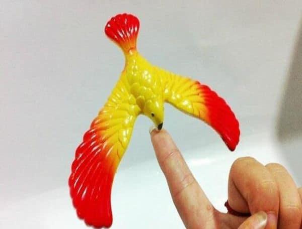 Детская игрушка в виде балансирующей птички