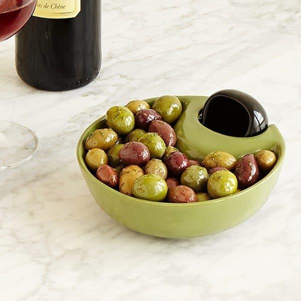Тарелка под оливки с выделенным отсеком для косточек