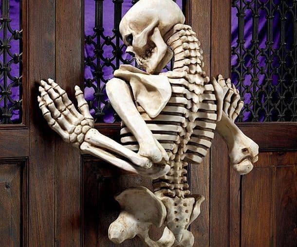 Декоративная настенная скульптура в виде карабкающегося скелета Ascending Evil от Design Toscano