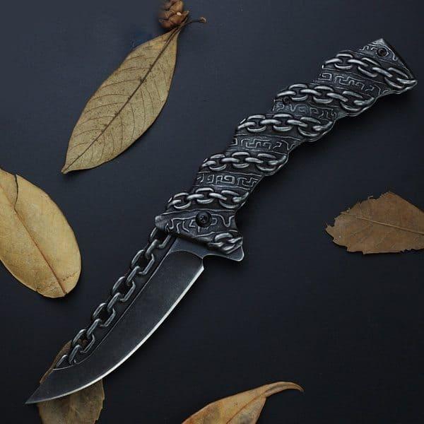 Складной нож с декоративным украшением в виде цепи