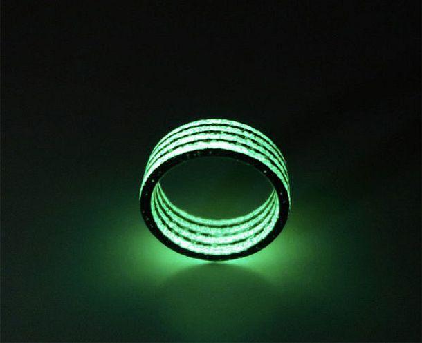 Кольцо из углеродного волокна, светящееся в темноте
