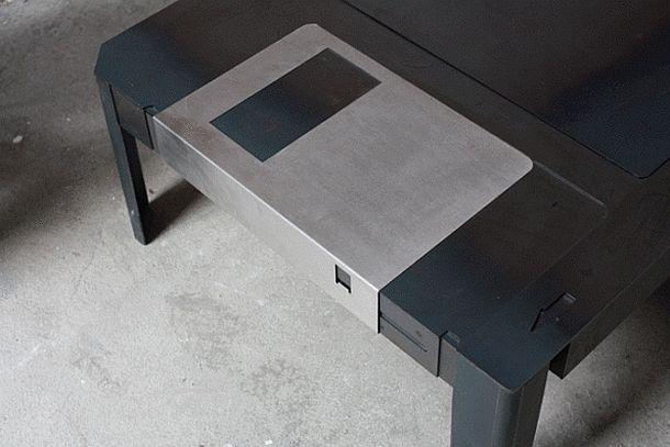 Кофейный столик, оформленный в виде дискеты