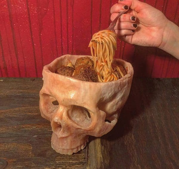 Тарелка в виде человеческого черепа