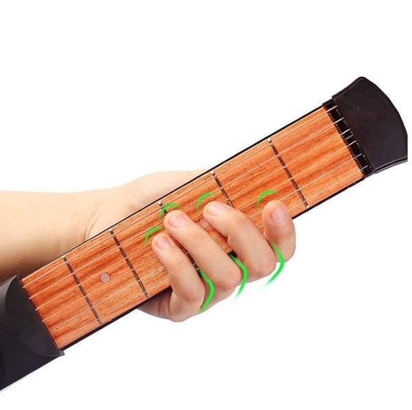Компактный тренажёр игры на гитаре