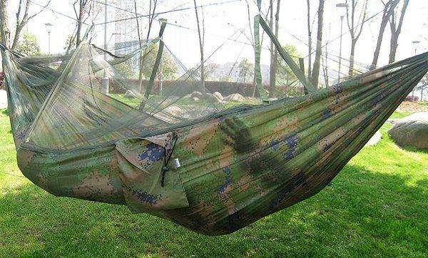 Походный гамак, оборудованный антимоскитной сеткой