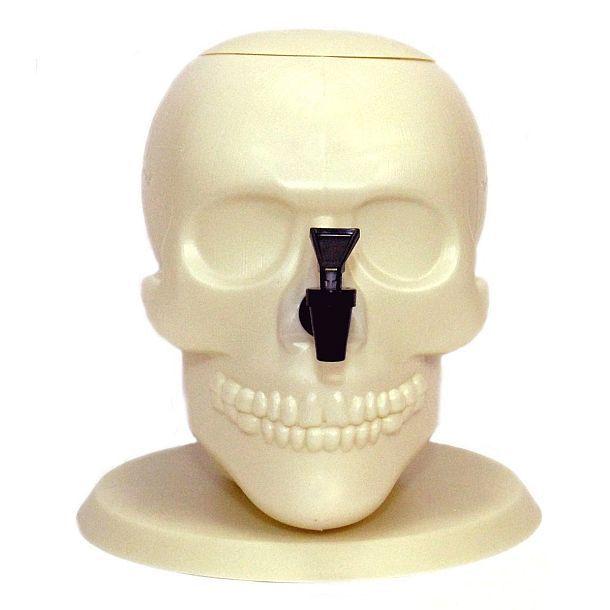 Диспенсер для напитков в виде гигантского черепа