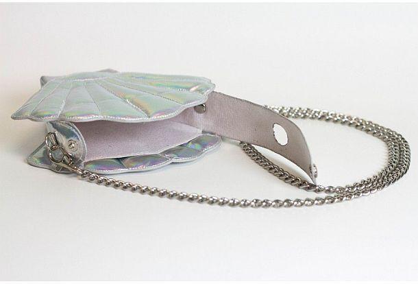 Женский клатч, оборудованный флягой