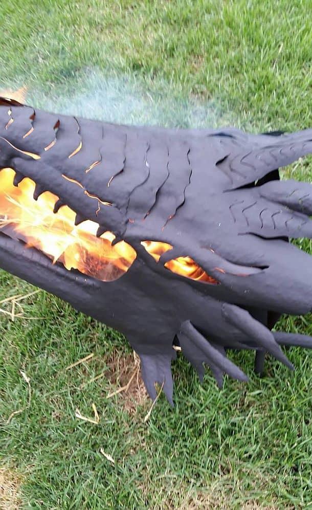 Переносное кострище в виде огнедышащего дракона