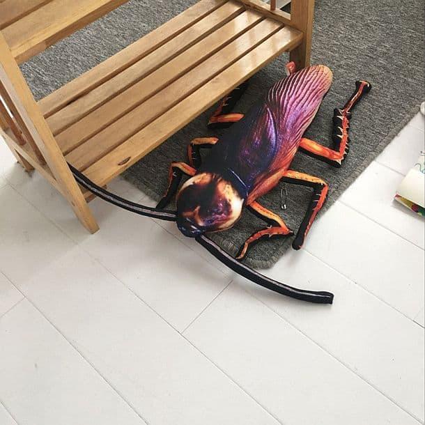 Подушка в виде гигантского таракана