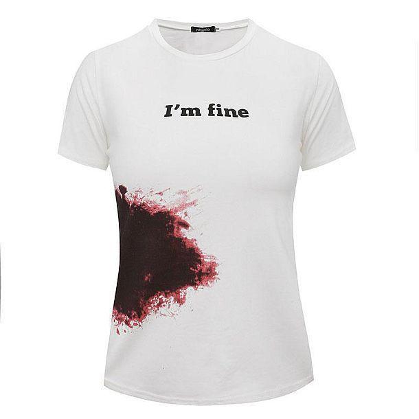 Футболка с кровавым пятном и надписью «Я в порядке»