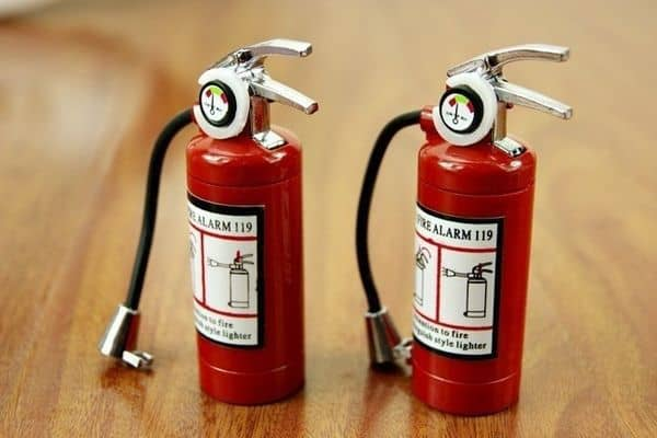 Газовая зажигалка в форме огнетушителя