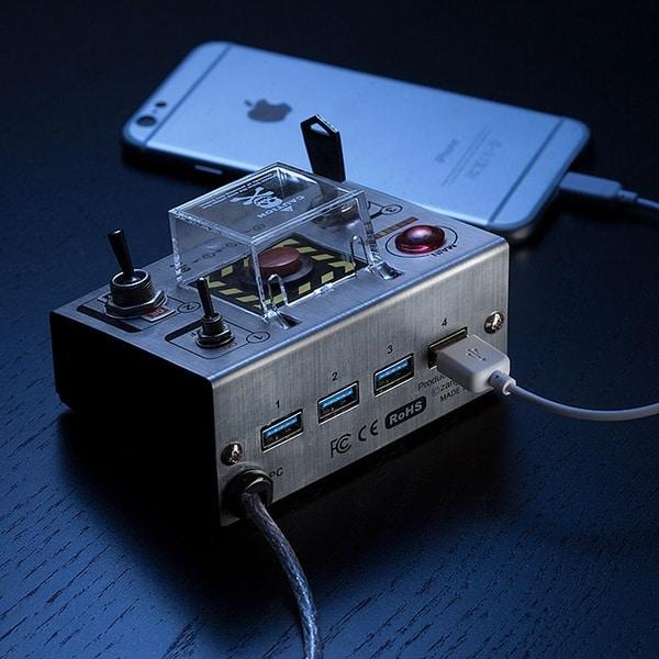 USB-хаб в виде фиджет-пульта самоуничтожения