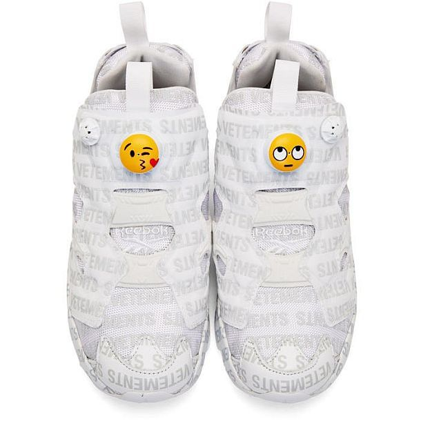 Белые кроссовки от Vetements и Reebok в версии «Эмодзи Лого»