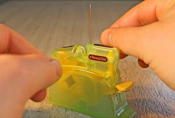 Устройство для автоматического продевания нитки в иголку