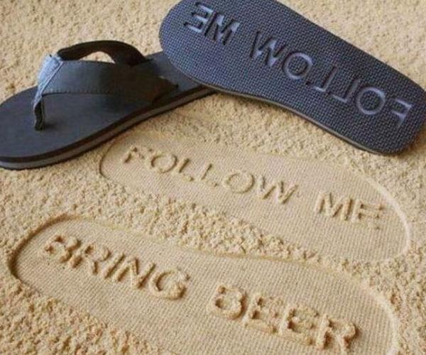 Пляжные шлёпанцы с посланием для друзей