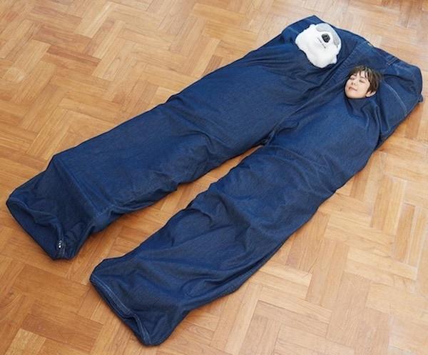 Двойной спальный мешок в виде гигантских джинсов