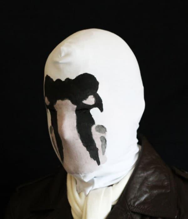Жуткая маска с подвижными чернильными пятнами
