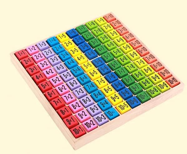 Таблица умножения в виде цветных деревянных кубиков