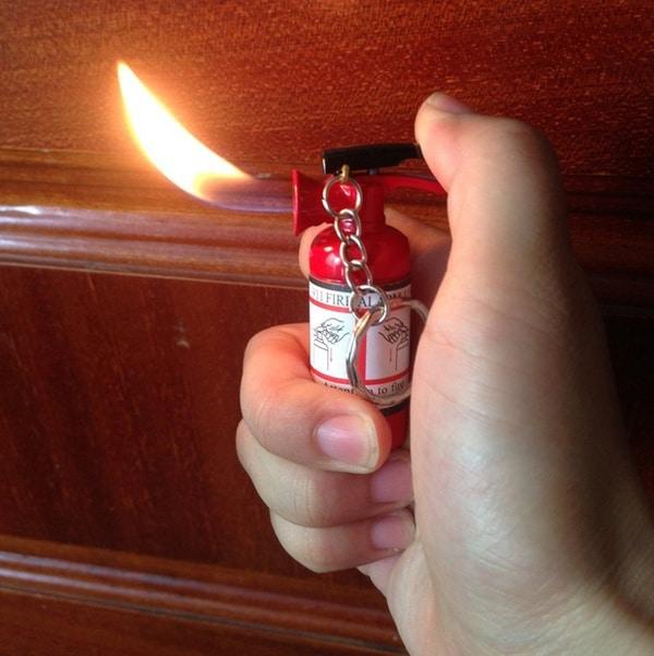 Газовая зажигалка в виде огнетушителя