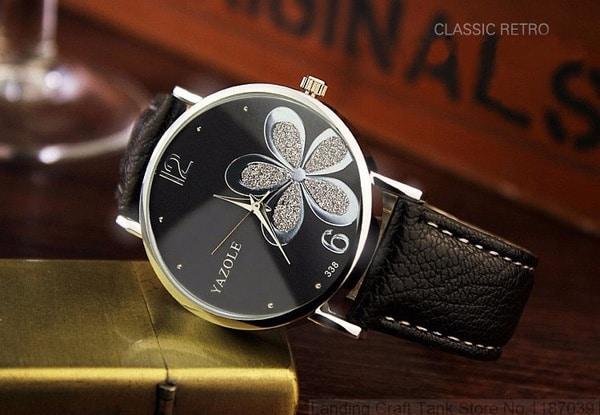 Чёрные часы с цветочком