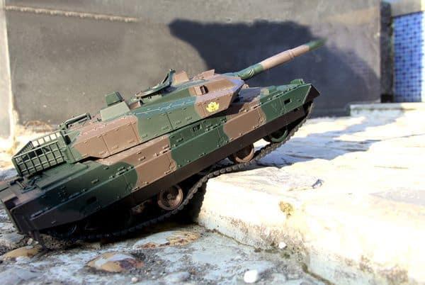 Игрушечный танк с пультом управления