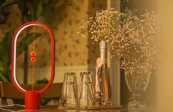 Настольная лампа с магнитными шарами