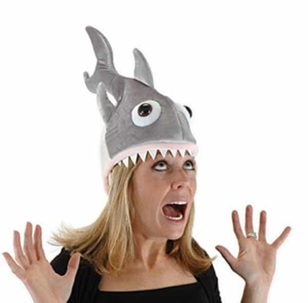 Маскарадная шапка в виде зубастой акулы