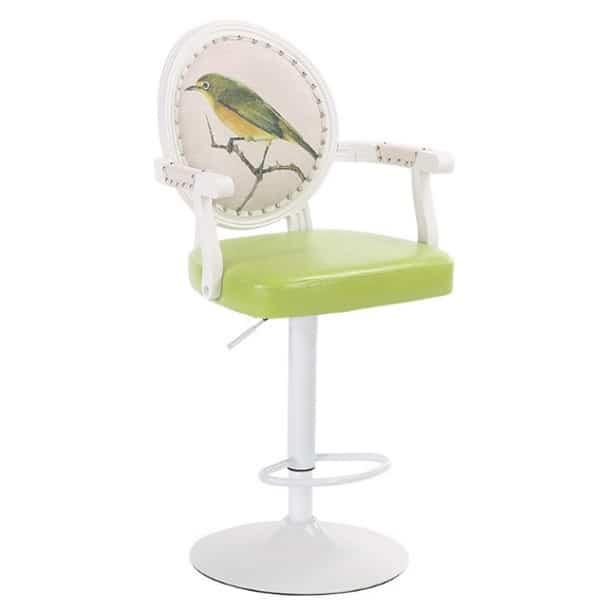 Высокий стул с подлокотниками и рисунком на спинке