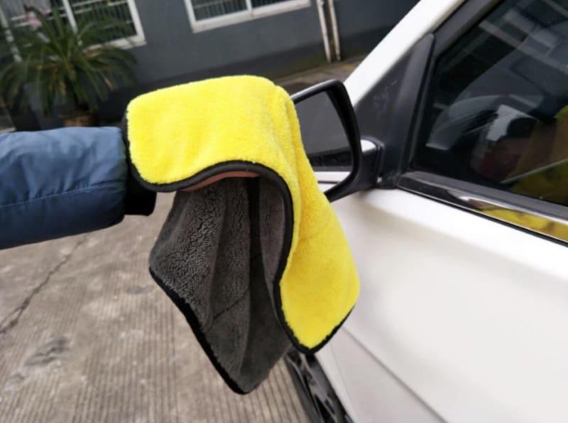 Полотенце из микрофибры для ухода за автомобилем