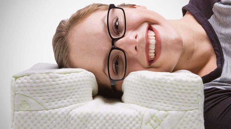 Подушка LaySee для тех, кто любит спать в очках