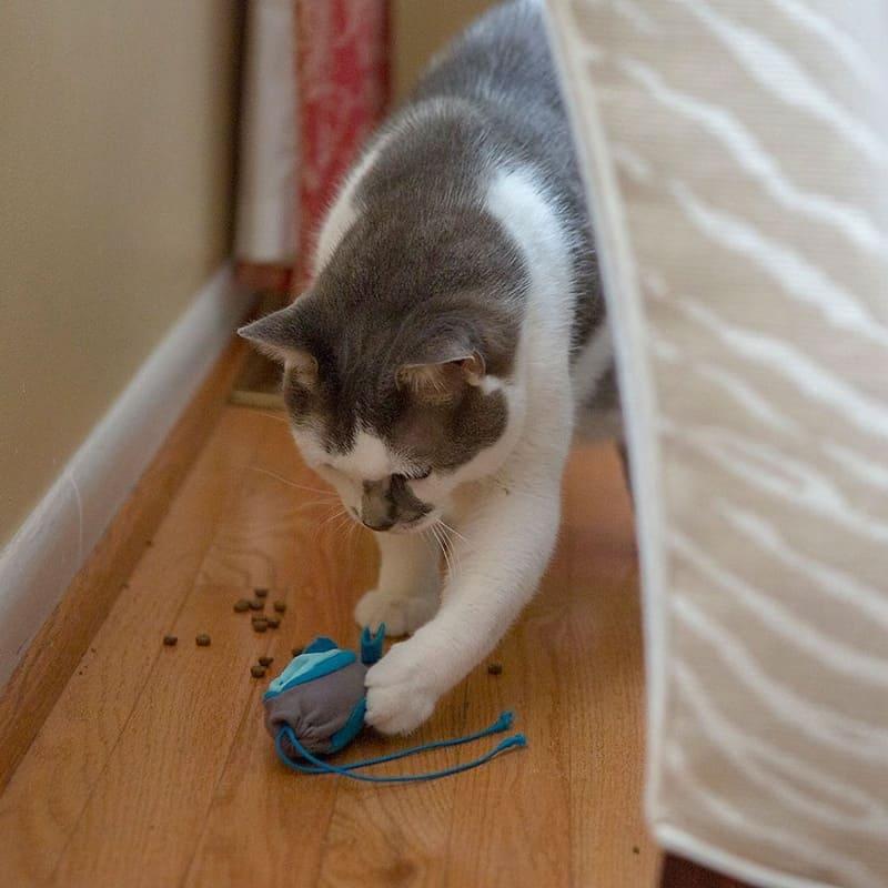 Игрушка-кормушка для кошек