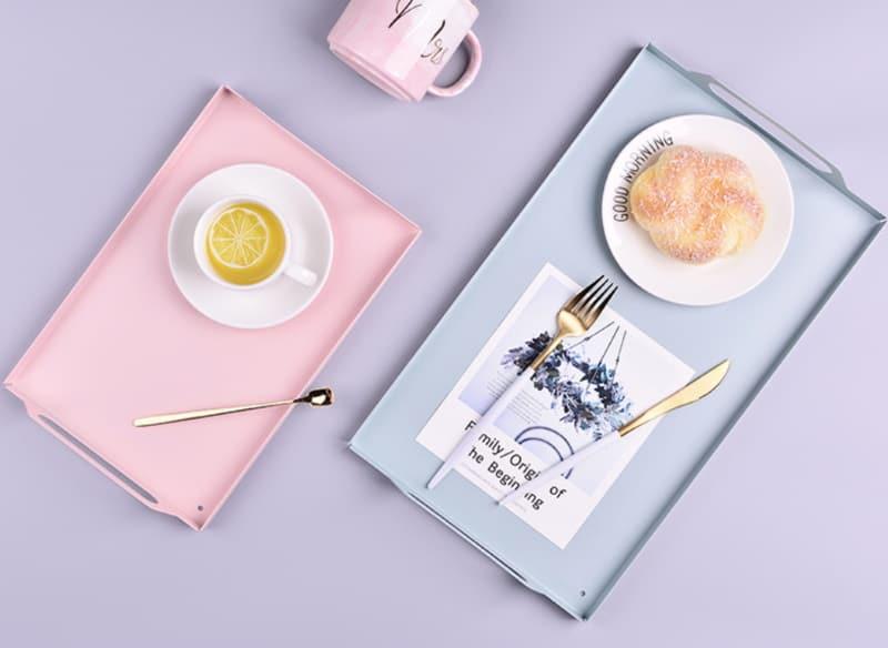 Металлический поднос для завтрака в постель